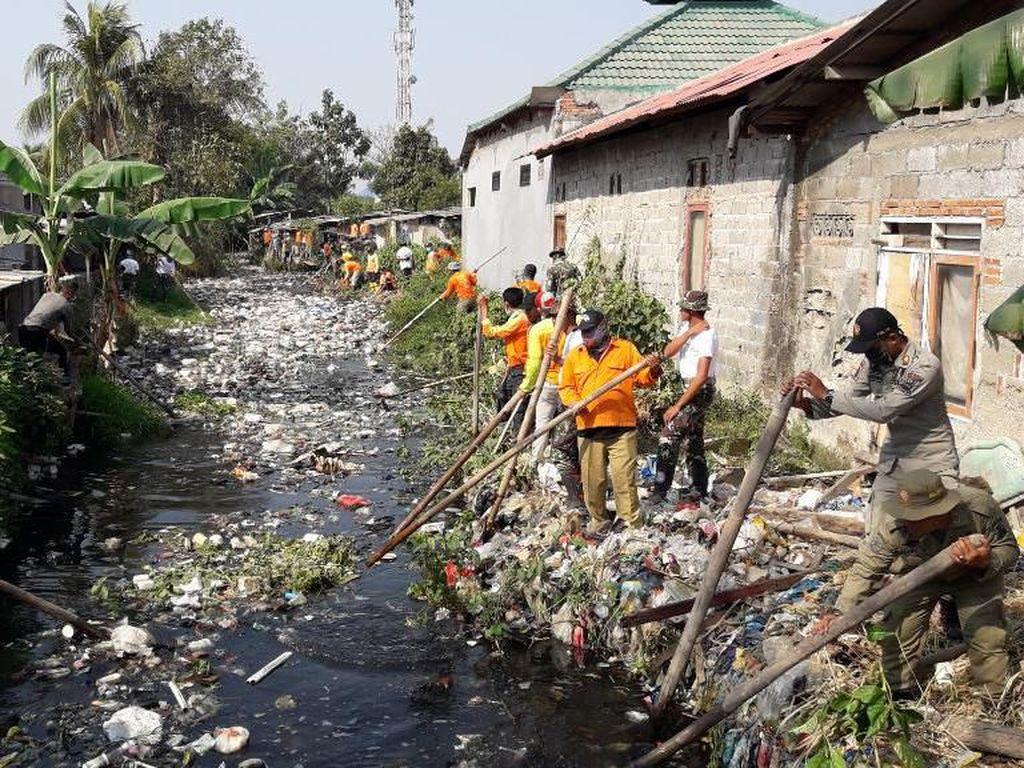 Satgas Citarum Harum Terjun ke Kali Bahagia Bekasi Bersih-bersih Sampah