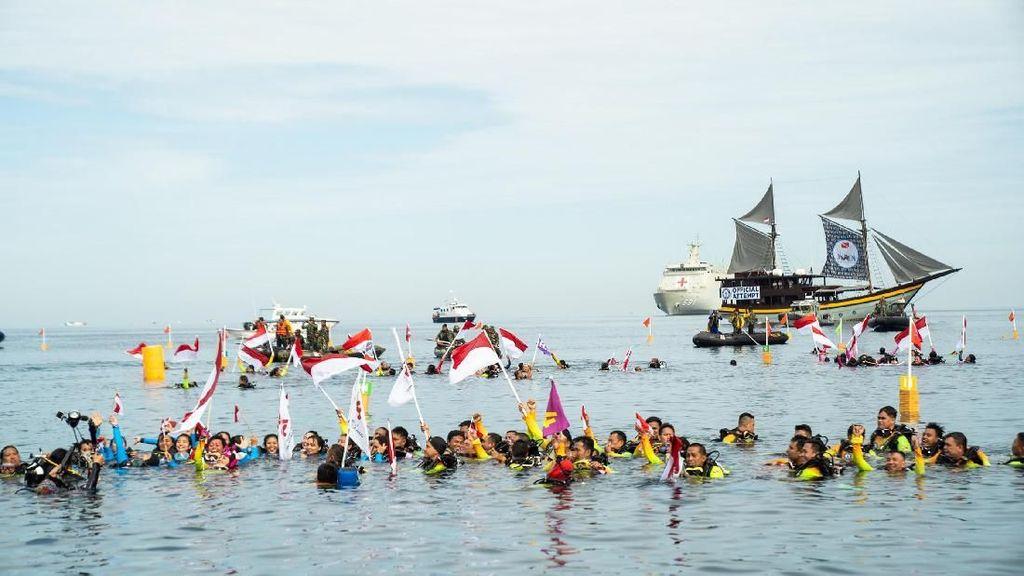 Foto Rekor Guinness di Manado, Rangkaian Penyelam Terpanjang
