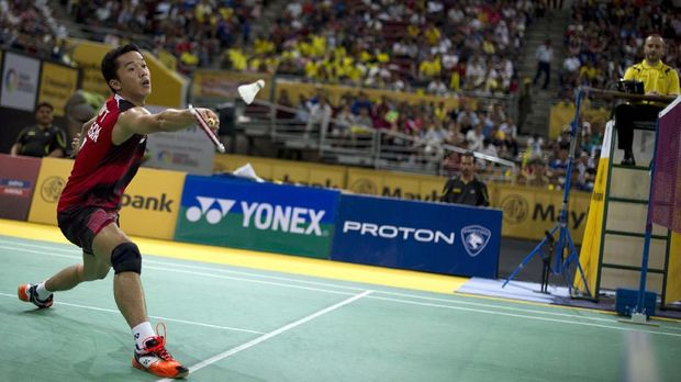Indonesia's Taufik Hidayat returns a shot against Lee Chong Wei of Malaysia during their men's singles quarterfinals match of the Malaysia Open Badminton Superseries in Kuala Lumpur on January 13, 2012. AFP PHOTO / Saeed Khan (Photo by SAEED KHAN / AFP)