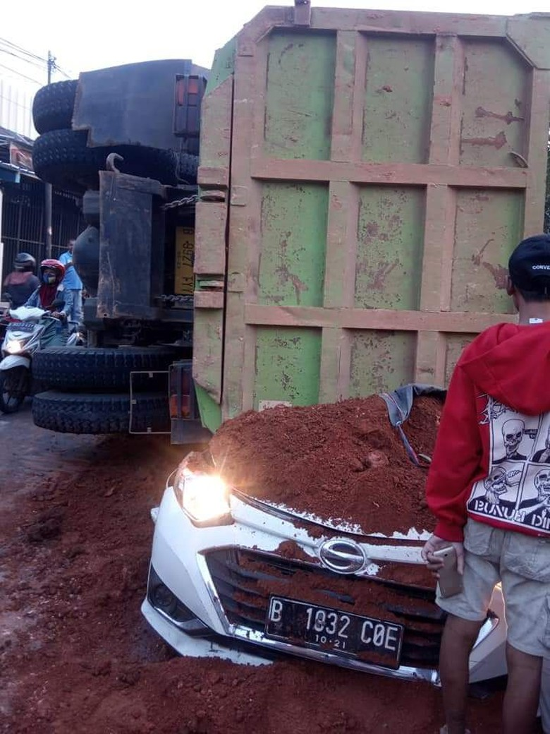 Truk Muatan Tanah Timpa Mobil di Karawaci, 5 Orang Terluka