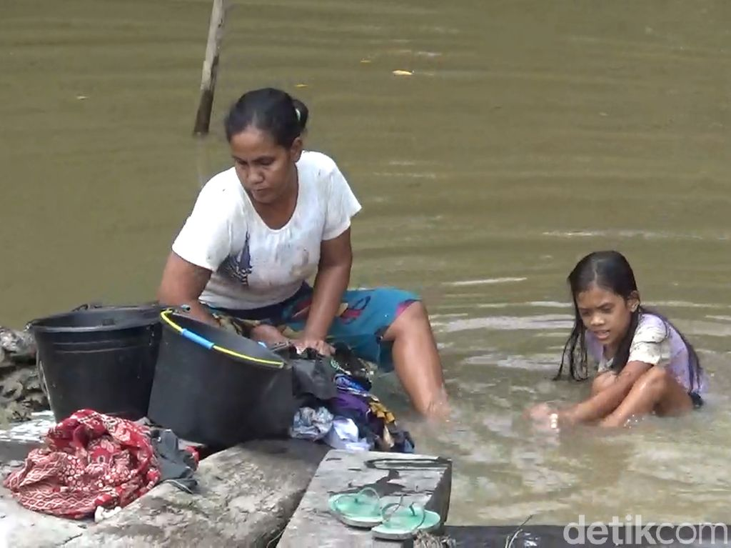 Musim Kemarau, Sebagian Warga Jambi Terpaksa Gunakan Air Keruh di Sungai
