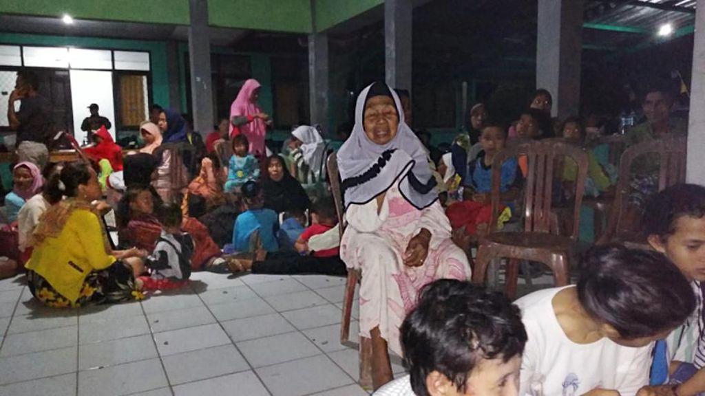 Potret Warga Serang Mengungsi Usai Gempa Banten