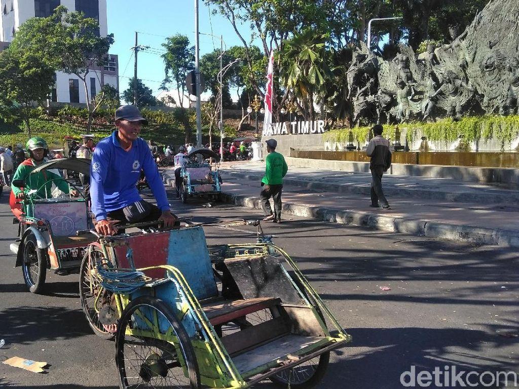 Ratusan Pengemudi Bentor Surabaya Demo di Kantor Gubernur