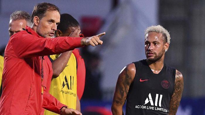 Jersey Neymar kabarnya sudah tak dijual lagi di toko resmi Paris Saint Germain di Paris (FRANCK FIFE / AFP)
