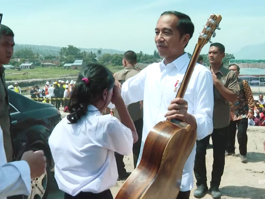 Saat Siswi SMP di Samosir Terobos Paspampres demi Beri Gitar ke Jokowi