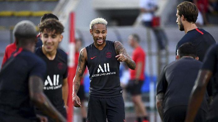 PSG didenda lantaran suporternya mencaci maki Neymar di stadion (FRANCK FIFE / AFP)