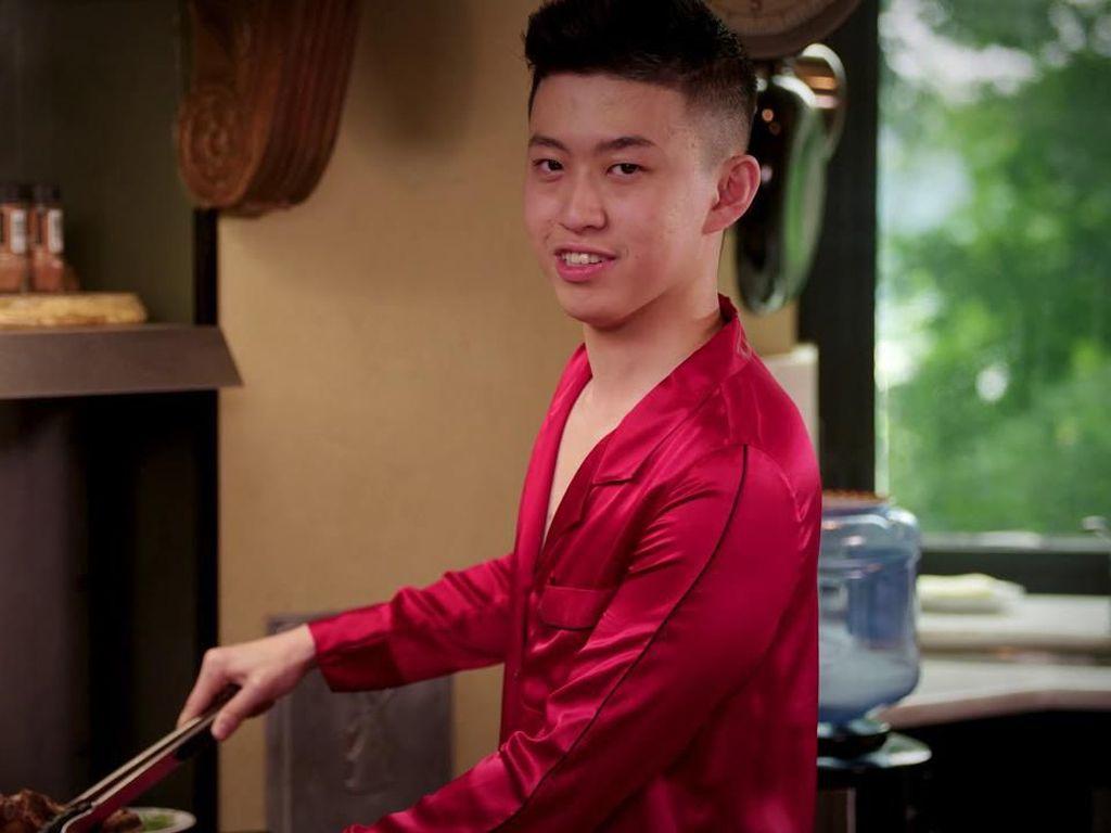 Selain Jago Nge-rap, Rich Brian Juga Andal Masak Rib Eye Steak!