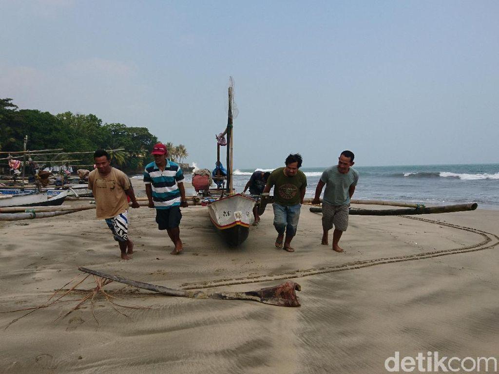 Anyer Pascagempa: Sepi Pengunjung, Nelayan Libur Melaut
