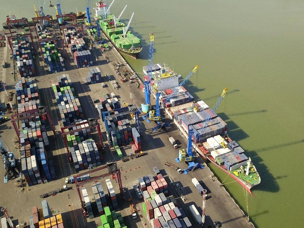 Arus Peti Kemas Transhipment di Tanjung Perak Ramai