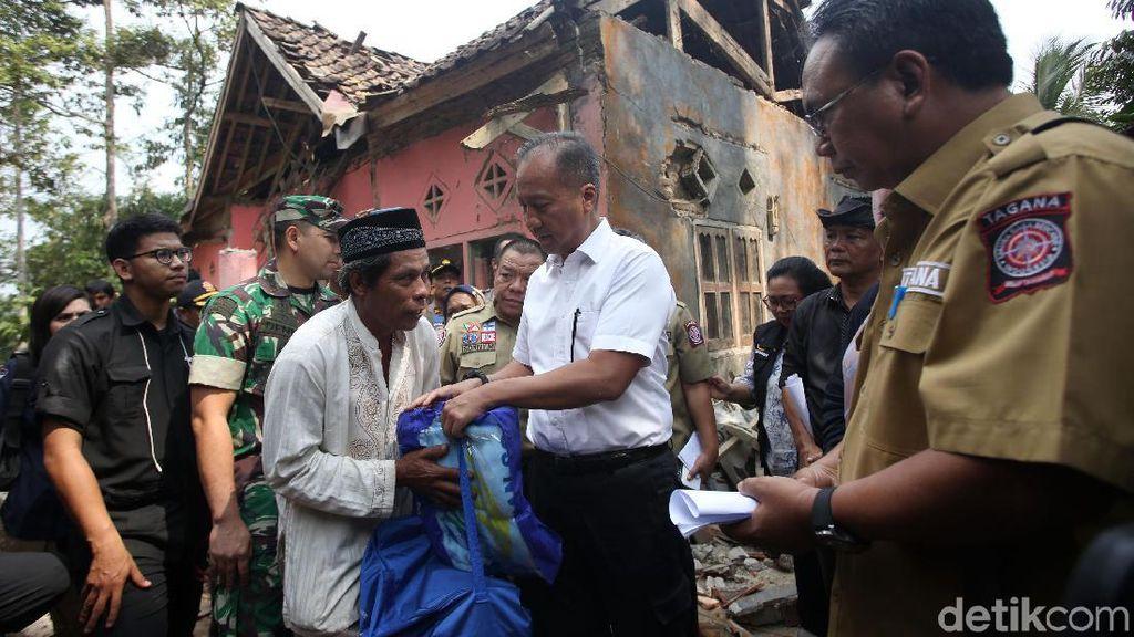 Mensos Beri Bantuan Logistik Untuk Korban Gempa Banten