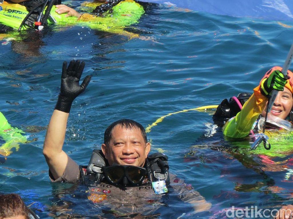Foto Aksi Kapolri Ikut Aksi Rekor Selam Guinness World di Manado