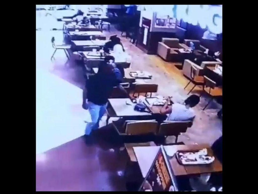 Rekaman CCTV Aksi Pencuri Bermodus Uang Jatuh di Mal Depok