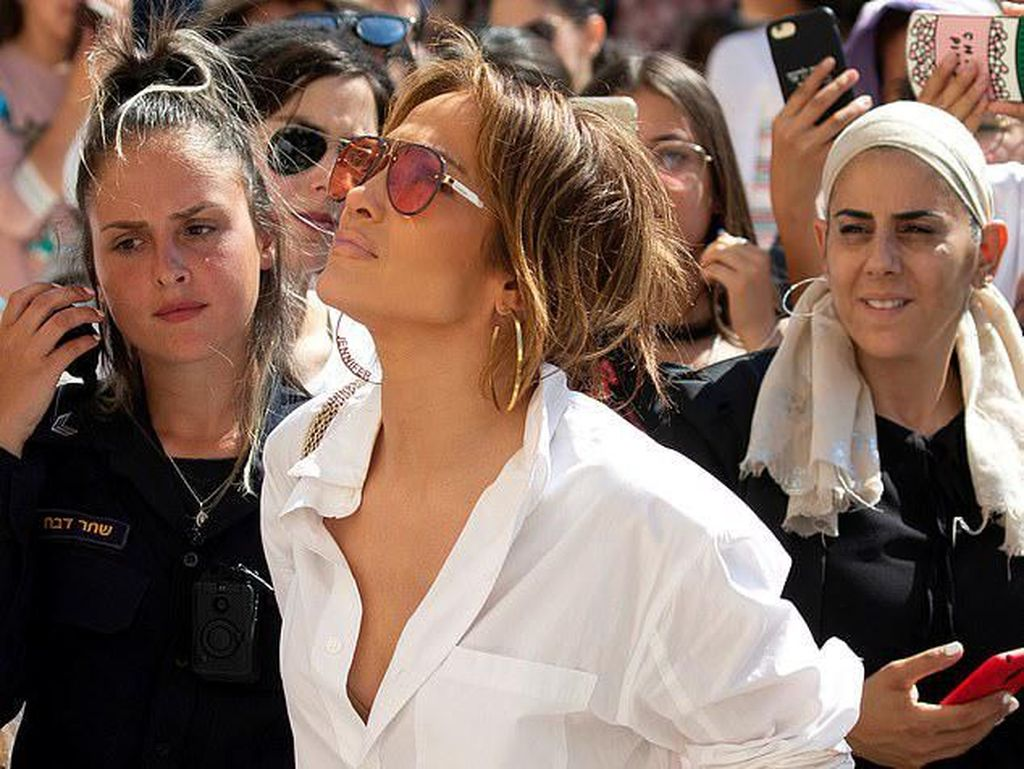 Foto: Pakai Baju Belahan Rendah, J-Lo Curi Perhatian di Yerusalem