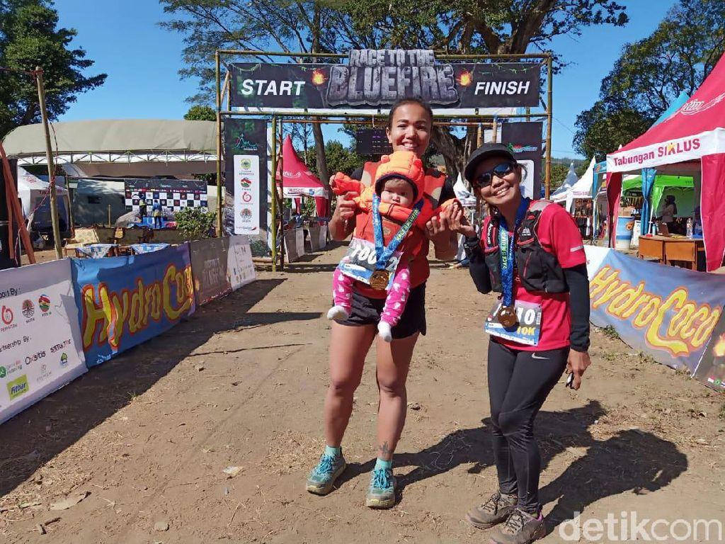 Sambil Dekap Bayi 5 Bulan, Ibu Ini Ikut Lomba Lari di Ijen