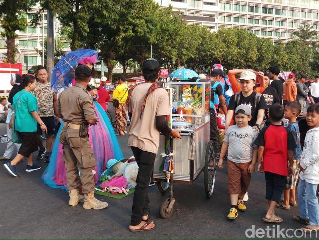 Warga Keluhkan PKL Semrawut di Area CFD