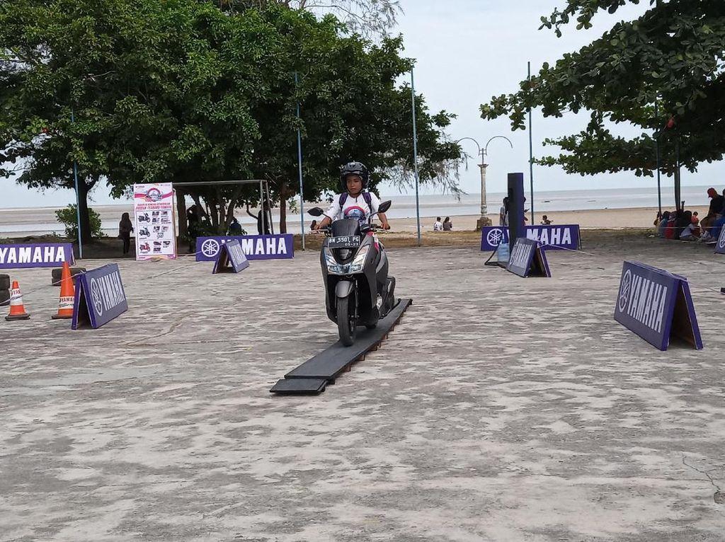 Warga Belitung Ditantang Uji Kehandalan Skutik Lewati Rintangan
