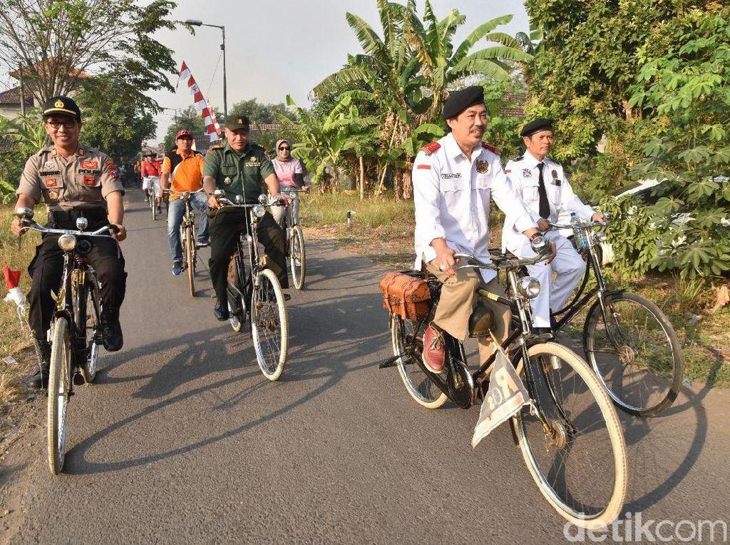Ribuan Penggemar Sepeda Kuno Ikut Ngontel Bareng Peringati HUT ke-74 RI