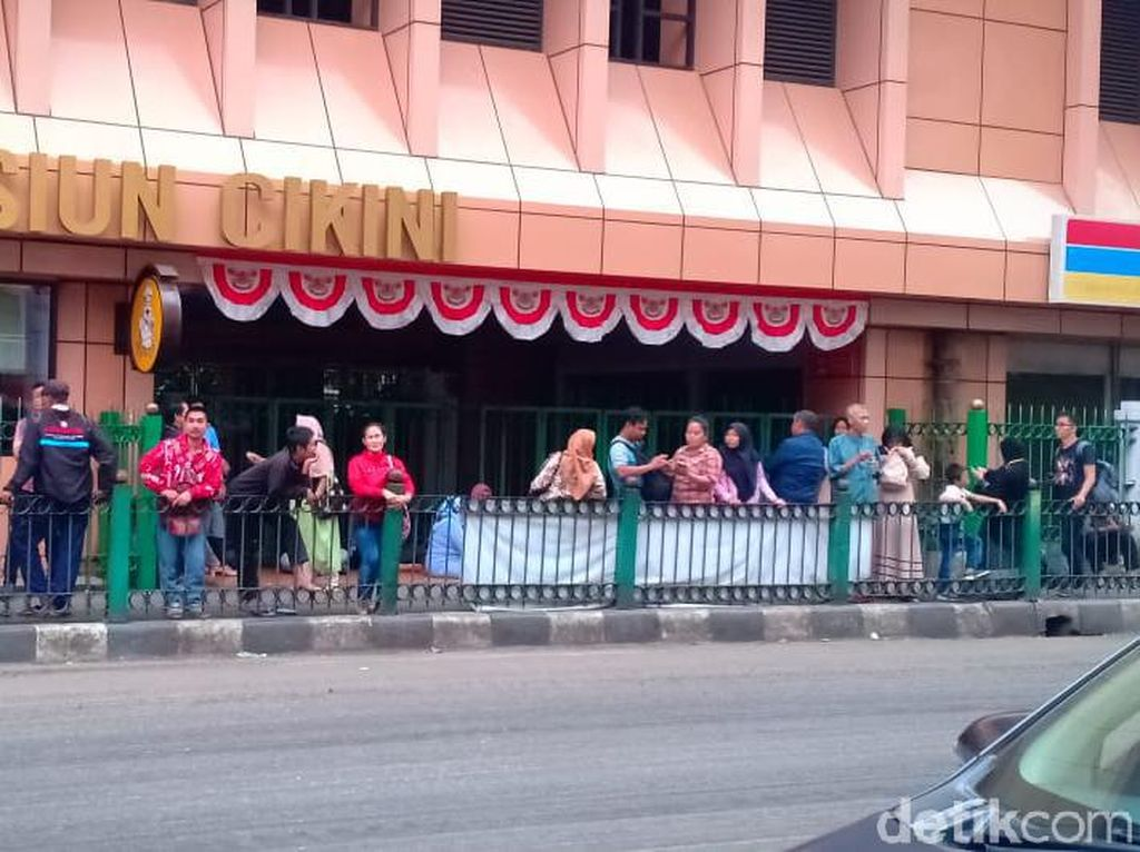 Sejumlah Orang Bertahan di Stasiun Cikini, Berharap KRL Kembali Beroperasi