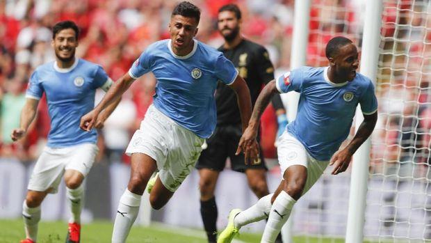 Raheem Sterling membawa Man City unggul di babak pertama.