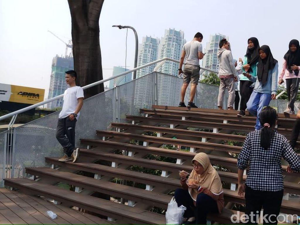 Warga Asyik Foto-foto dari Taman Dukuh Atas Saat CFD