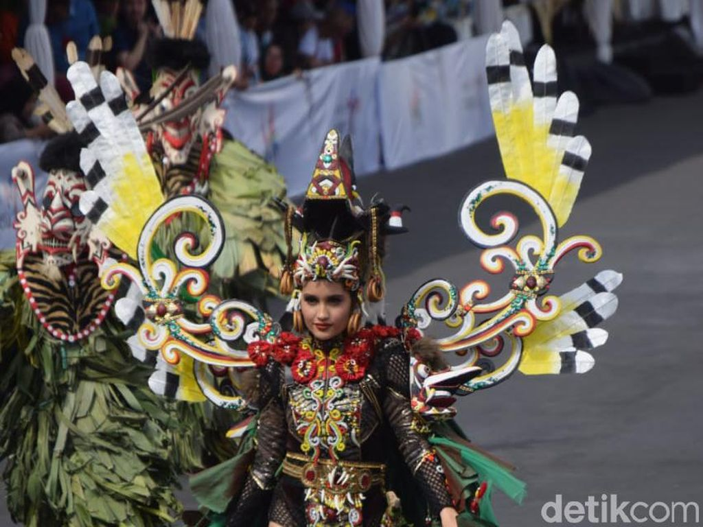 Gaya Seksi Cinta Laura Berbalut Kostum Dayak di Jember Fashion Carnaval