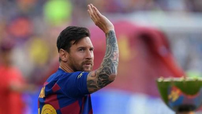 Barcelonas Argentinian forward Lionel Messi waves before the 54th Joan Gamper Trophy friendly football match between Barcelona and Arsenal at the Camp Nou stadium in Barcelona on August 4, 2019. (Photo by Josep LAGO / AFP)