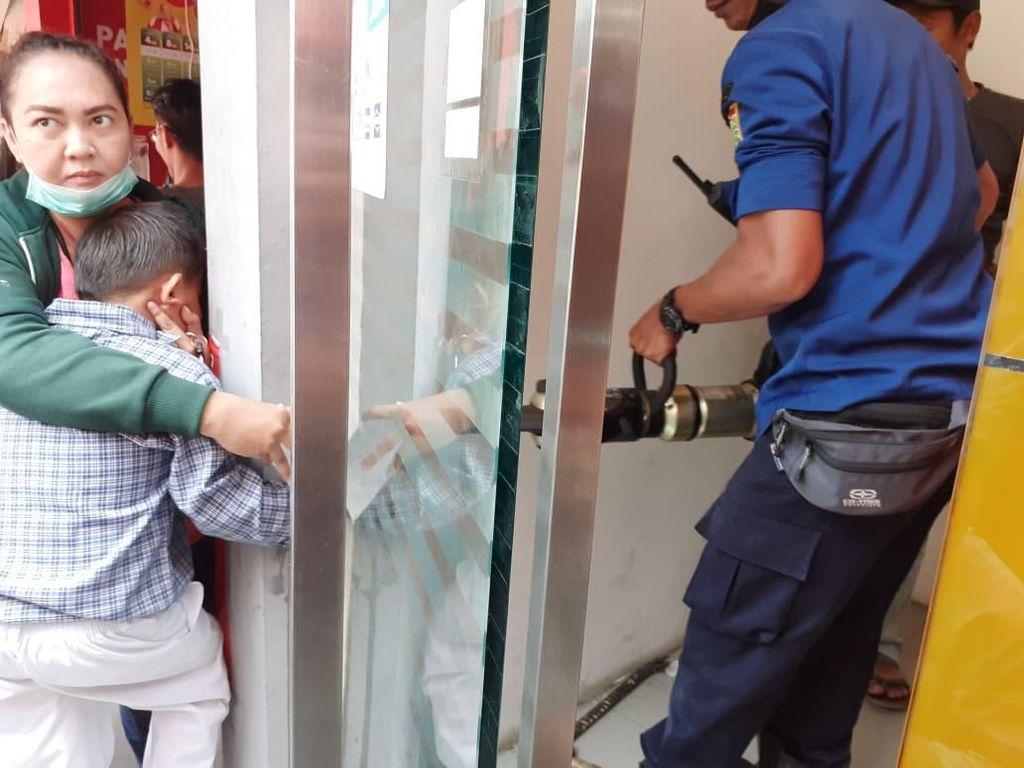 Saat Petugas Damkar Selamatkan Anak Terjepit Pintu ATM di Jaksel