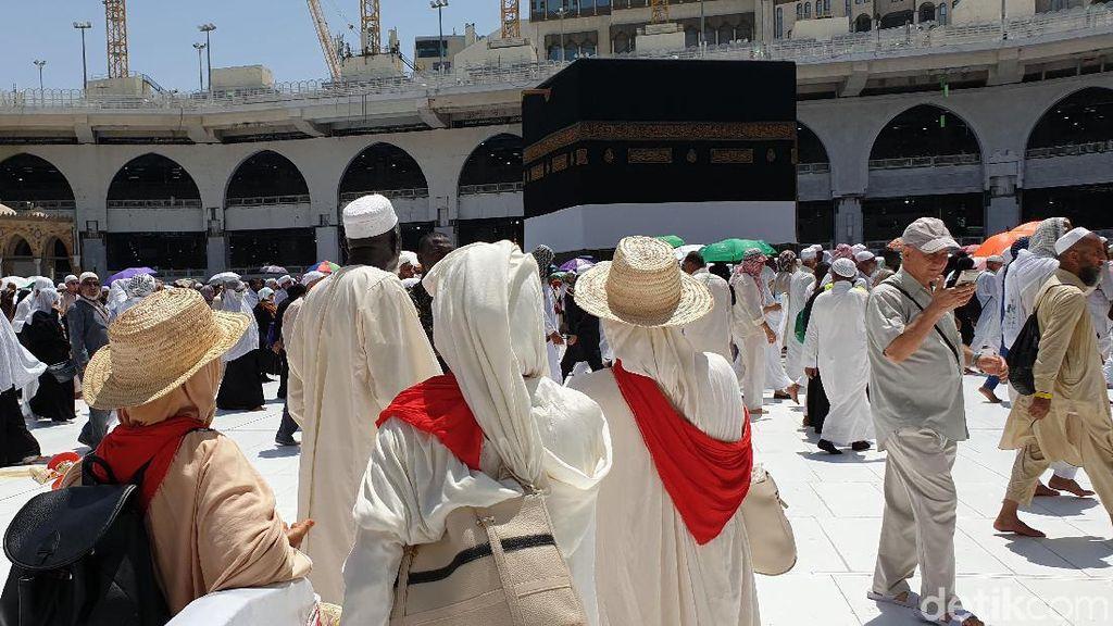Jemaah Haji Melawan Panas Ekstrim