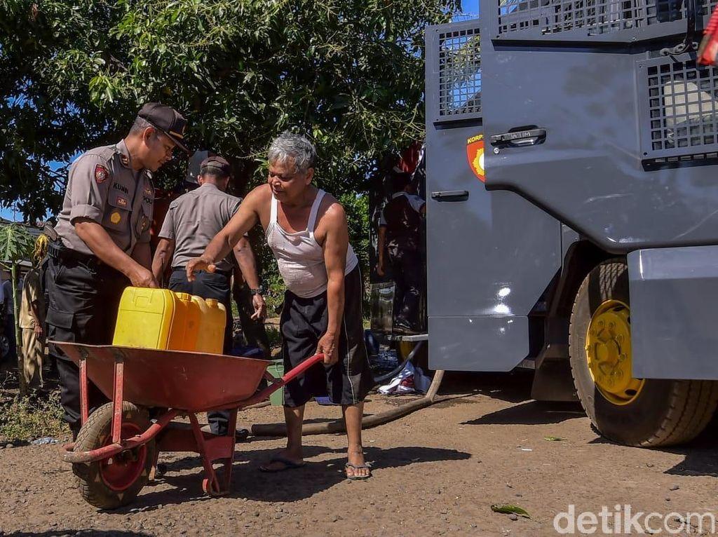 Kekeringan di Banyuwangi, Polisi Salurkan Air Bersih Pakai Watercanon
