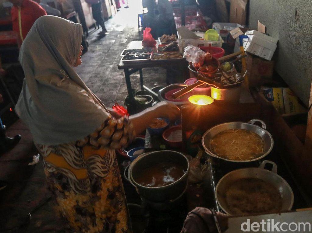 Siasati Pemadaman Listrik Bergilir, Pedagang di Jakarta Gunakan Lilin