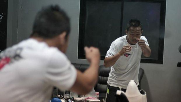 Daud Yordan kanvaskan lawannya, Aekkawee Kaewmanee dari Thailand usai TKO di ronde ke-6, Minggu (4/8) malam. Dok Mahkota Promotion