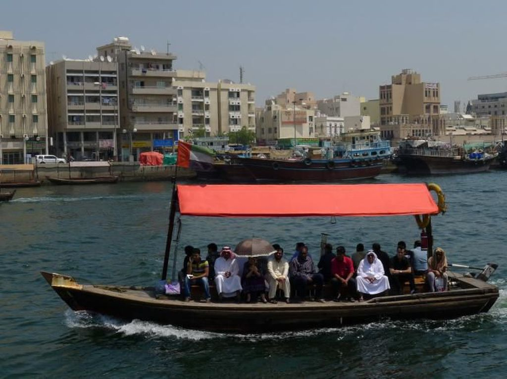 Naik Perahu Kayu di Sungai Dubai, Asyiknya!