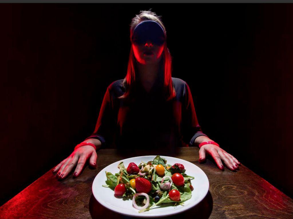 Bukan Mati Listrik, Restoran Ini Memang Tawarkan Sensasi Makan dalam Kegelapan