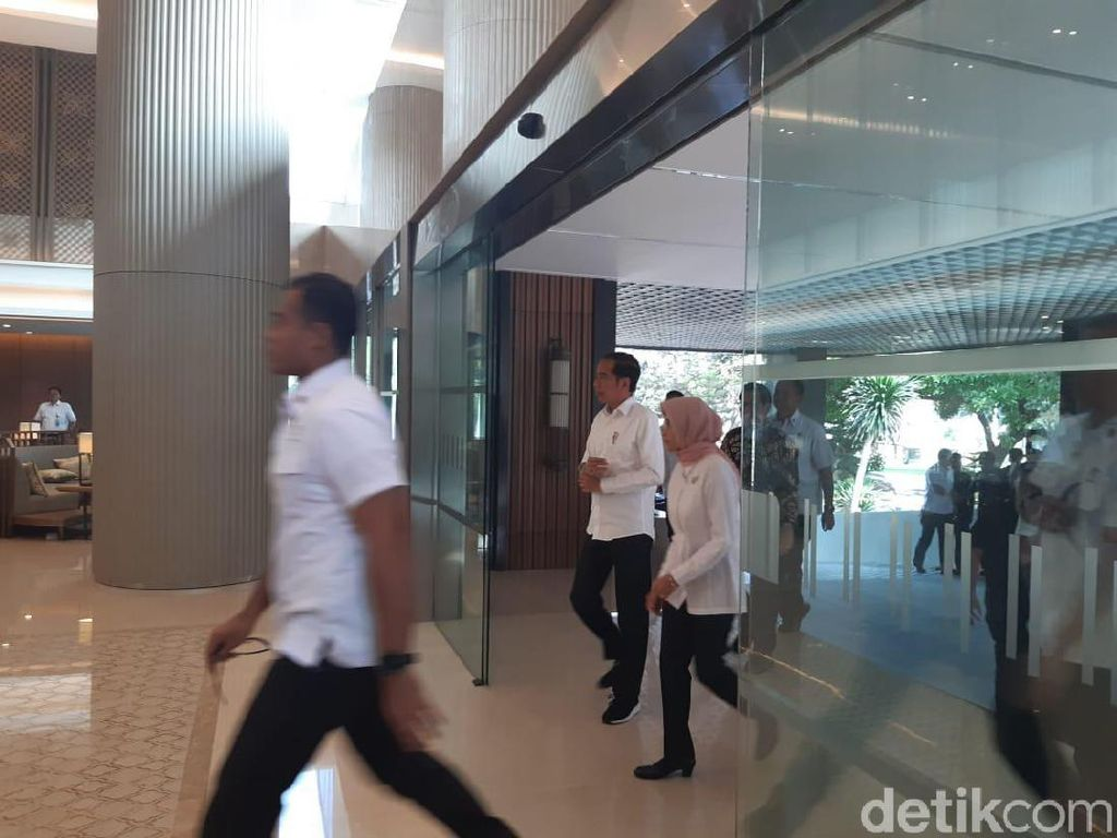 Tiba di Kantor PLN, Jokowi Disambut Plt Dirut