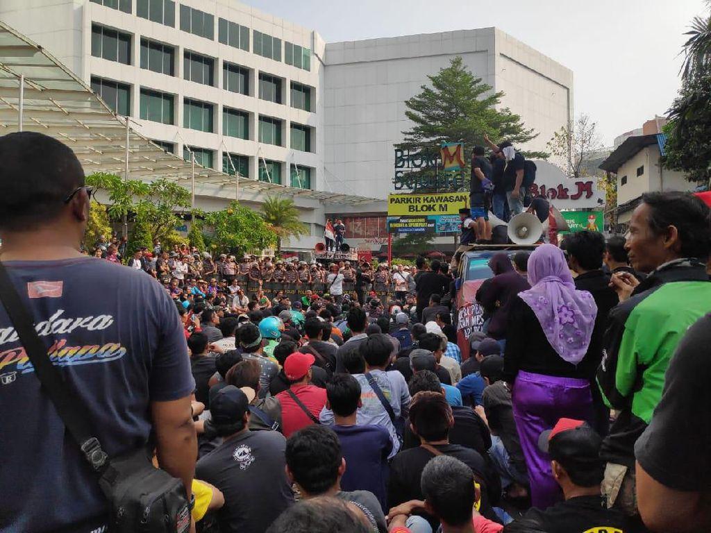 Massa Driver Taksi Online Demo di Blok M dan Sempat Bakar Ban, Lalin Macet