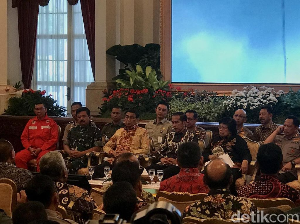 Jokowi ke Panglima TNI dan Kapolri: Copot yang Tak Bisa Atasi Karhutla!