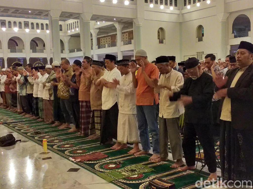 Khofifah dan Warga Surabaya Gelar Salat Gaib untuk Mbah Moen