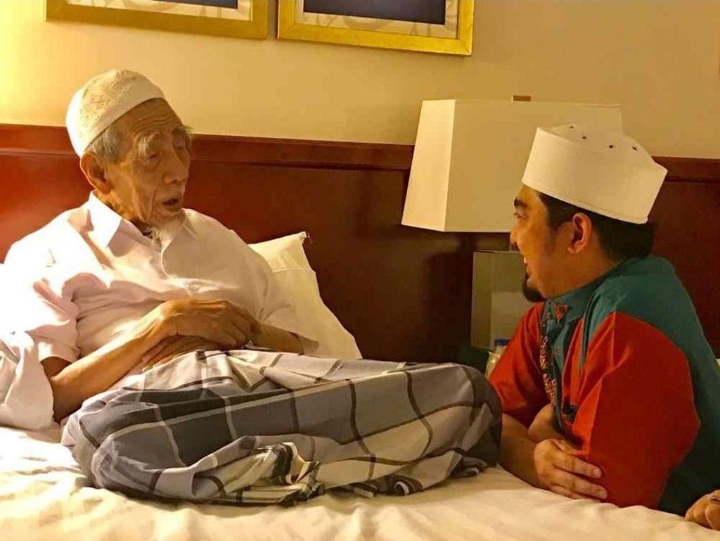 Ustaz Solmed Sempat Berkunjung ke Kamar Mbah Moen di Mekah