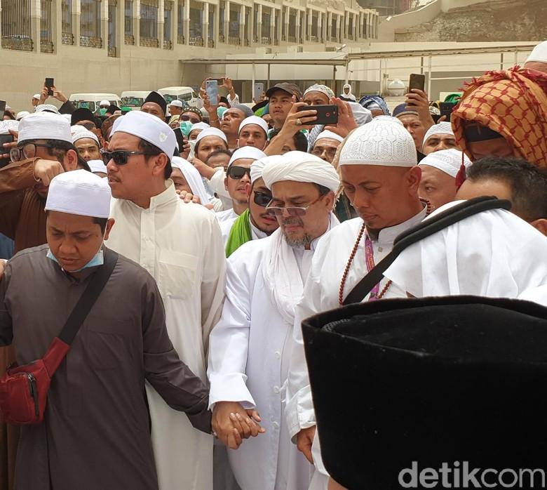 Habib Rizieq Hadiri Pemakaman Mbah Moen, Ini Fotonya
