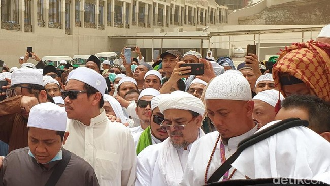 Rizieq Salah Makam dan Menyerobot Doa di Pemakaman Mbah Moen