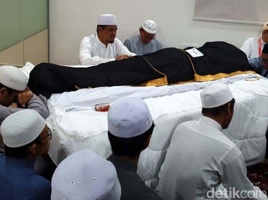 Potret Jenazah Mbah Moen Disemayamkan di Dakker Mekah