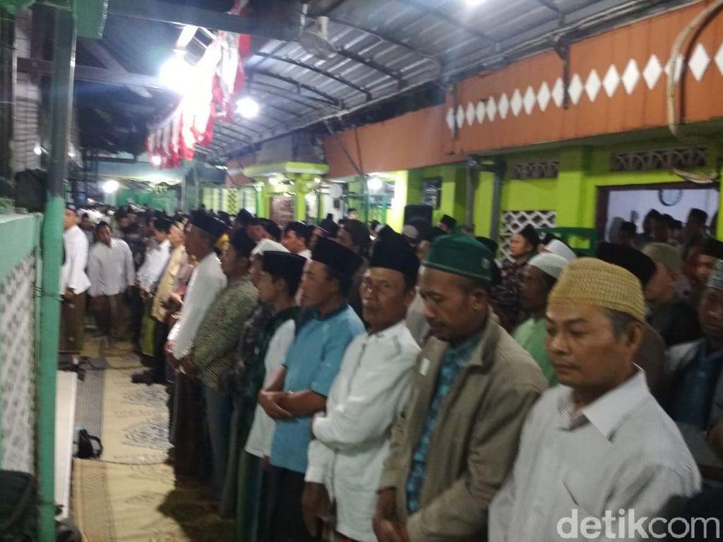Ribuan Warga Salat Gaib di Kediaman Mbah Moen di Rembang