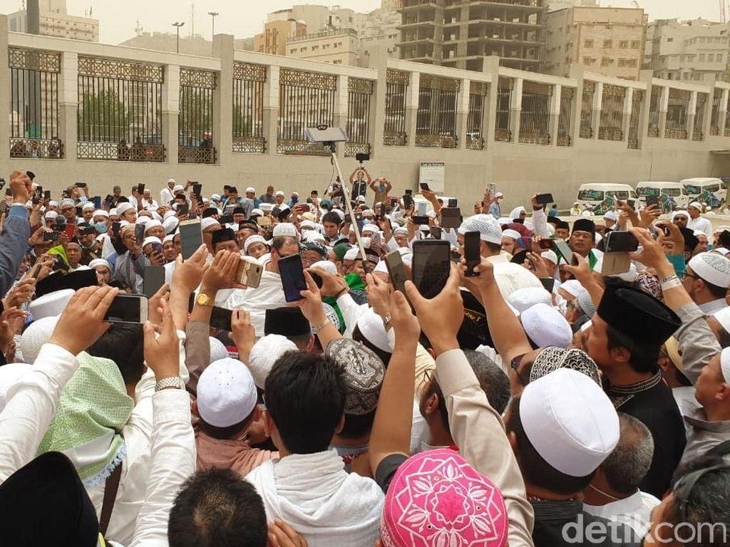 Sang Putra Merasakan Firasat Sebelum Mbah Moen Wafat di Mekah