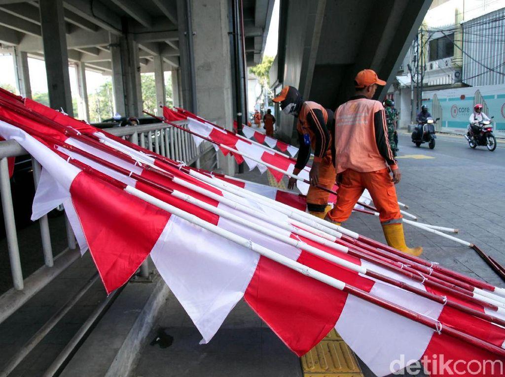 Pasukan Oranye Merah Putihkan Jalan Fatmawati Sambut HUT RI
