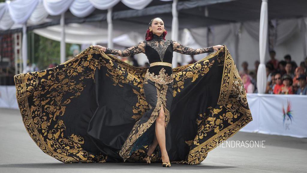 Foto: Duka dan Harapan di Kebaya Anne Avantie Untuk Jember Fashion Carnaval