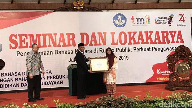 Pemberian penghargaan tokoh penggagas bahasa persatuan Indonesia kepada Mohammad Tabrani
