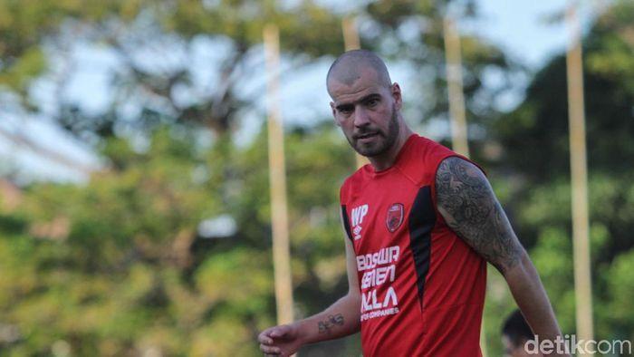 Pemain PSM Makassar, Wiljan Pluim, menjalani pemulihan cedera engkel di Belanda. (Foto: Rifkianto Nugroho/detikSport)