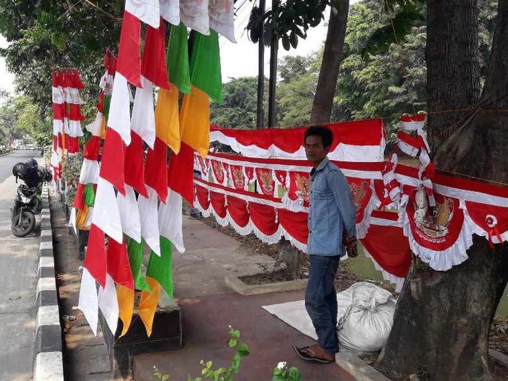 Penjual Bendera Merah-Putihkan Jalanan Bekasi Jelang HUT RI