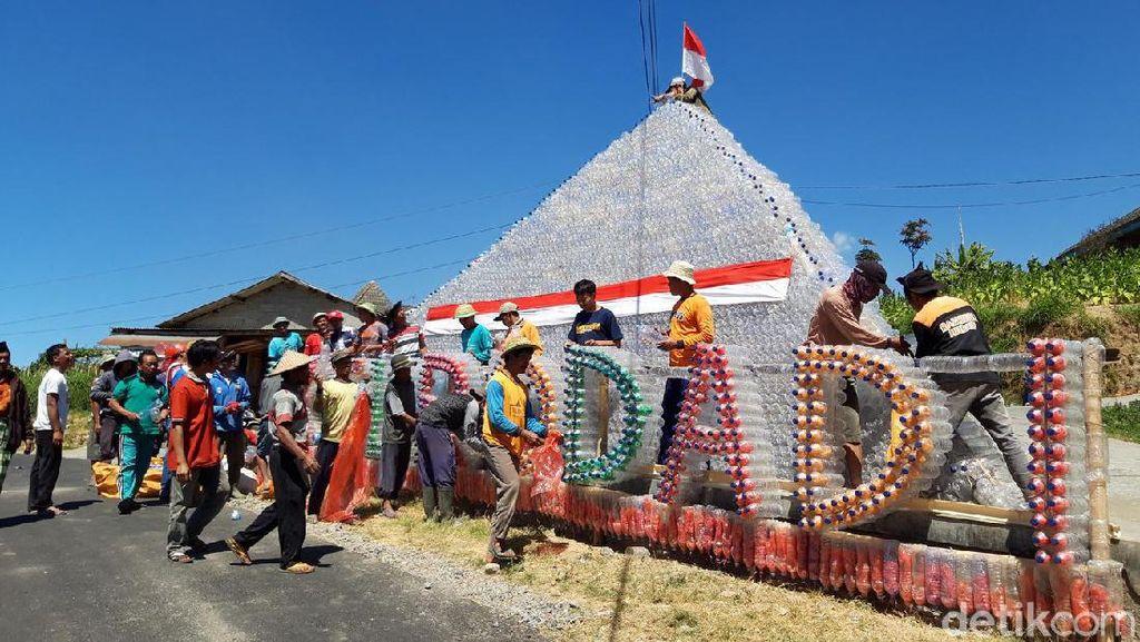 Foto: Piramida Sampah Plastik di Lereng Merbabu