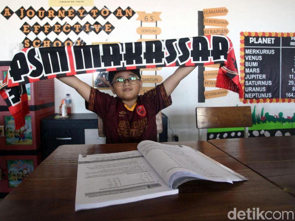 Semangat Juara, Anak-anak Sekolah di Makassar Kenakan Jersey PSM